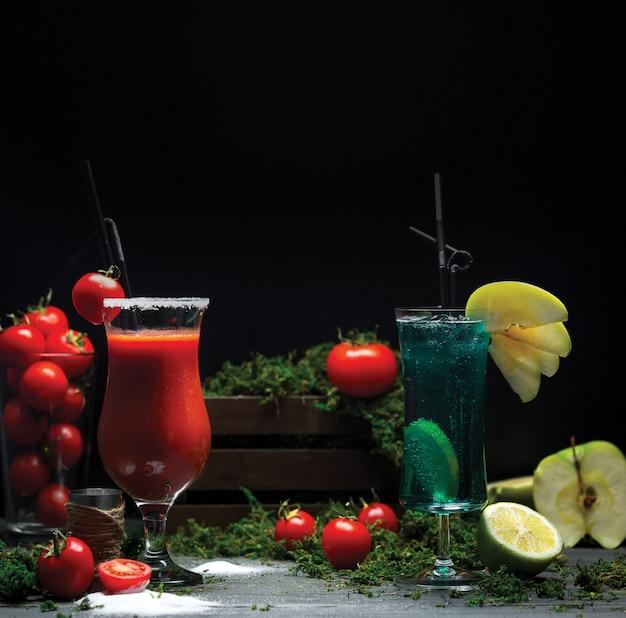 Bloody mary y blue lagoon cócteles para la promoción de bebidas