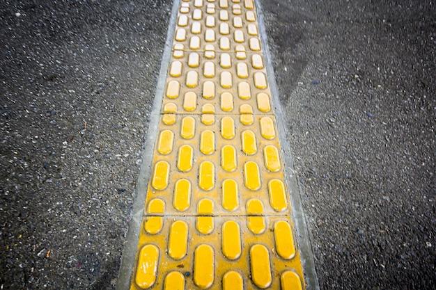 El bloque amarillo de braille en la pasarela