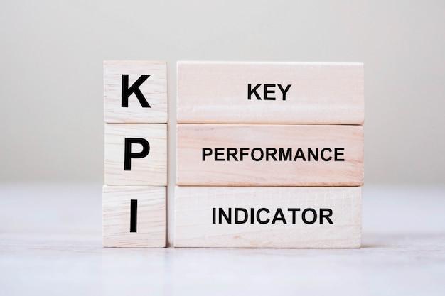 Bloque de cubo de madera con kpi (clave, rendimiento e indicador)