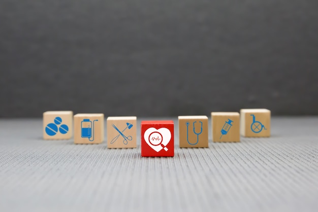 Bloque de juguete de madera con iconos médicos y de salud.