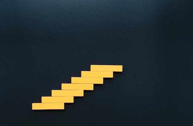 Bloque de madera apilado como escalera de escalera concepto de negocio para un crecimiento exitoso
