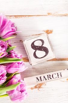 Bloque de madera con fecha del día internacional de la mujer, 8 de marzo.