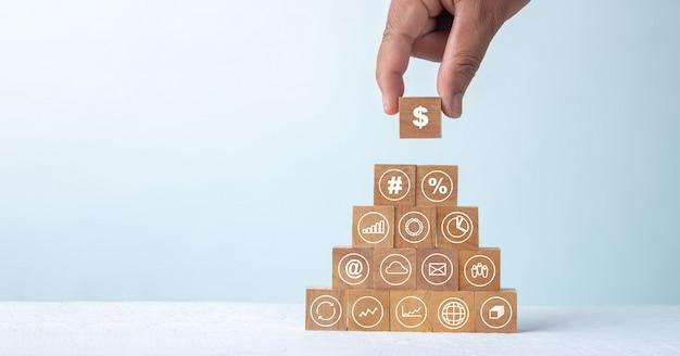 Bloque de madera con iconos de negocios de finanzas blanco, concepto de éxito financiero