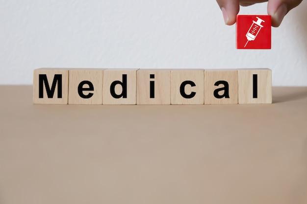 Bloque de madera que apila con concepto médico y de la salud.