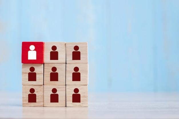 Bloque de madera roja con icono de persona blanca en el edificio