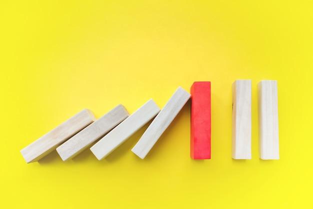 Bloque de madera roja en la mesa de planificación empresarial solución de gestión de riesgos líder estrategia diferente
