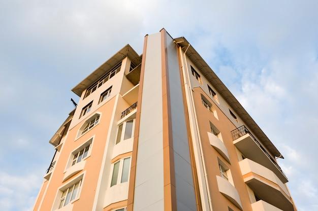 Bloque de nuevos apartamentos, vista erspectiva, gran angular.