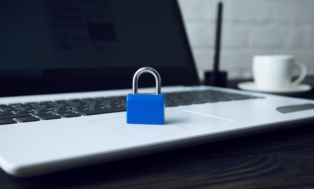 Bloqueo azul en la computadora portátil en el escritorio