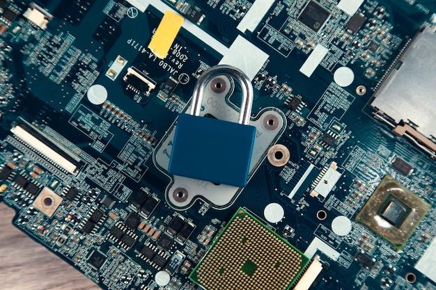 Bloqueo de contraseña en la placa base de la computadora: concepto de seguridad de la información