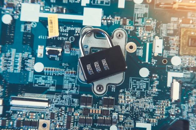 Bloqueo de contraseña en la placa base del ordenador: concepto de seguridad de la información