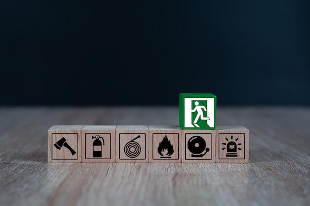 Bloques arbolados apilamiento con icono de escape de incendios.