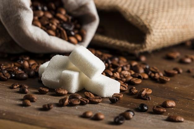 Bloques de azucar y saco con granos de cafe.