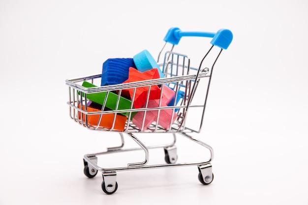 Bloques de colores en un pequeño carrito de compras