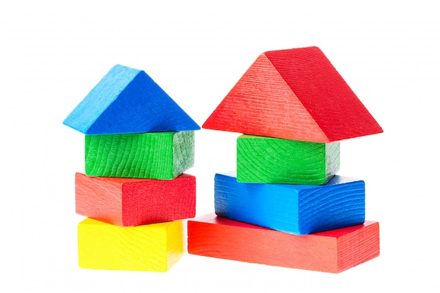 Bloques de construcción de madera para niños aislados en blanco