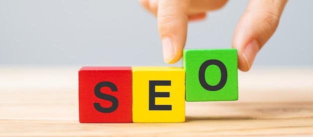 Bloques de cubo de madera de texto seo (optimización de motores de búsqueda) en el fondo de la tabla. concepto de idea, estrategia, marketing, palabras clave y contenido