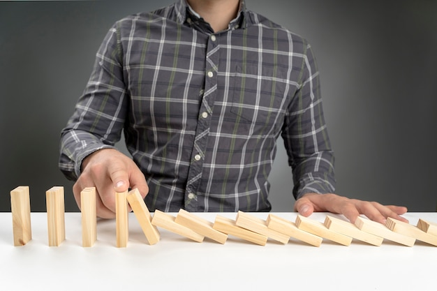 Bloques de dominó de alto ángulo cayendo