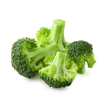 Bloques frescos del bróculi para cocinar aislado sobre el fondo blanco.