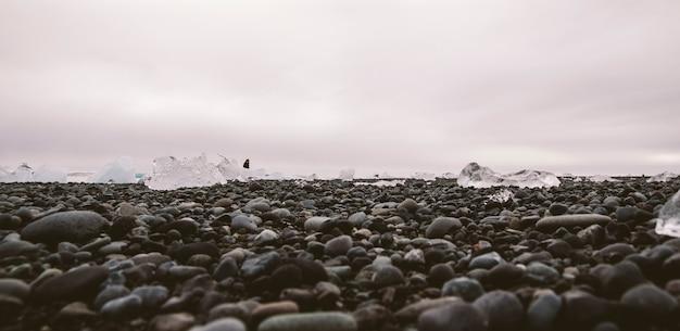 Bloques de hielo gigantes separados de icebergs en la costa de una playa islandesa.