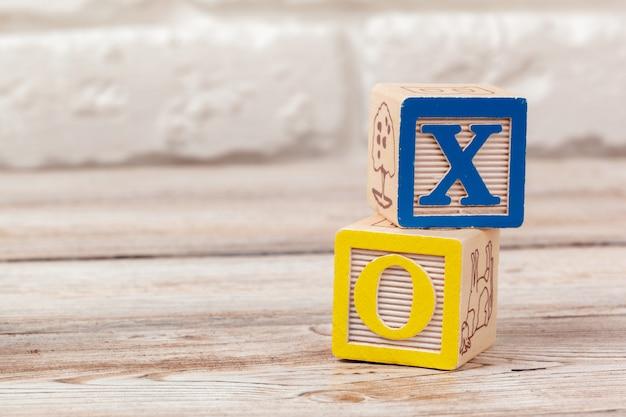 Bloques de juguete de madera con letras.