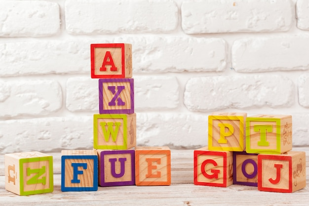 Bloques de juguete de madera multicolor sobre madera