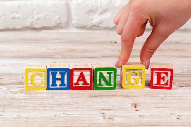 Bloques de juguete de madera con el texto: cambiar