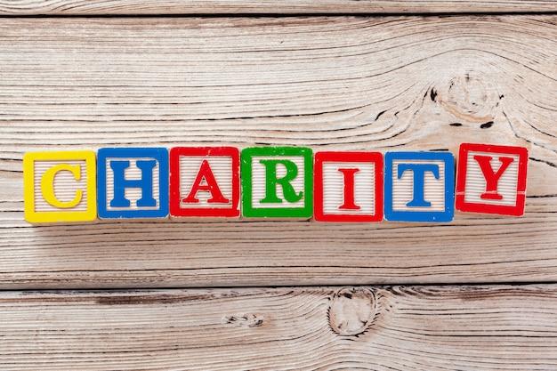 Bloques de juguete de madera con el texto: caridad