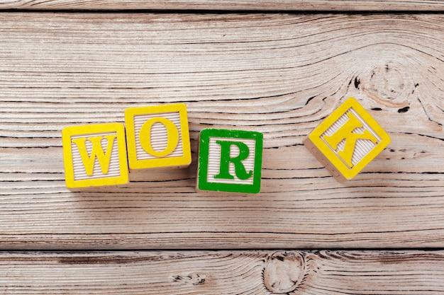 Bloques de juguete de madera con el texto: trabajo