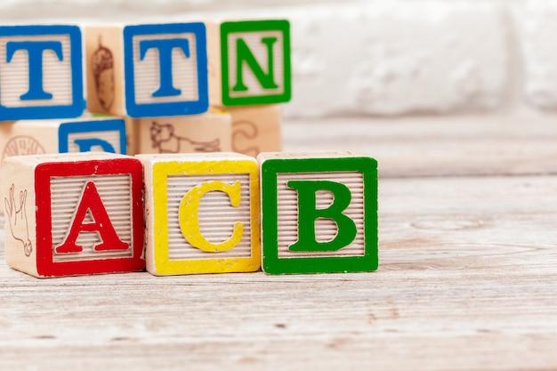 Bloques de juguete de superficie de madera con el texto acb