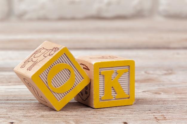 Bloques de juguete de superficie de madera con el texto ok