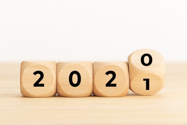 Bloques de madera con 2020 y 2021
