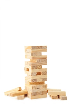 Bloques de madera aislados en la pared blanca. torre