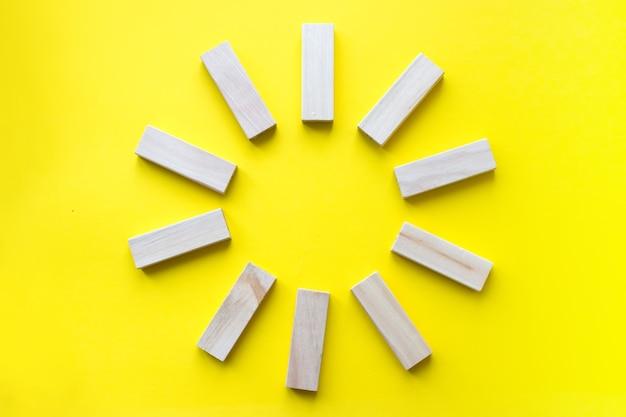 Bloques de madera en amarillo. planificación empresarial, gestión de riesgos, solución, líder, estrategia, diferentes