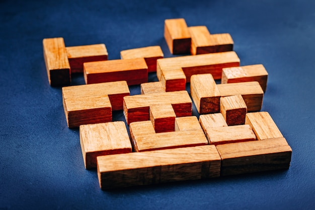 Bloques de madera de diferentes formas geométricas. concepto creativo, lógico y de resolución de problemas.