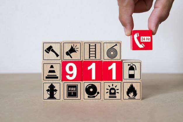 Bloques de madera con gráficos 911 número de emergencia.