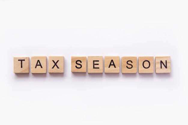 Bloques de madera de letras azulejos temporada de impuestos en fondo blanco