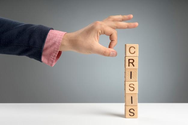 Bloques de madera con mensaje de crisis en el escritorio