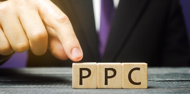 Bloques de madera con la palabra ppc. modelo de publicidad en internet utilizado para dirigir tráfico a sitios web.