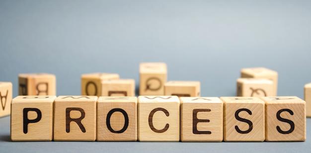 Bloques de madera con la palabra proceso. concepto de gestión empresarial.