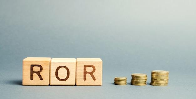 Bloques de madera con la palabra ror. tasa de retorno.