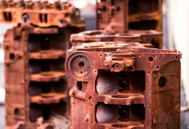 Bloques de motor desmontados oxidados