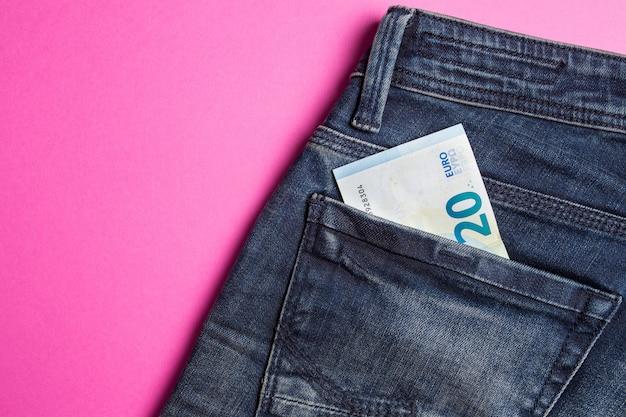 Blue jeans con billetes en rosa