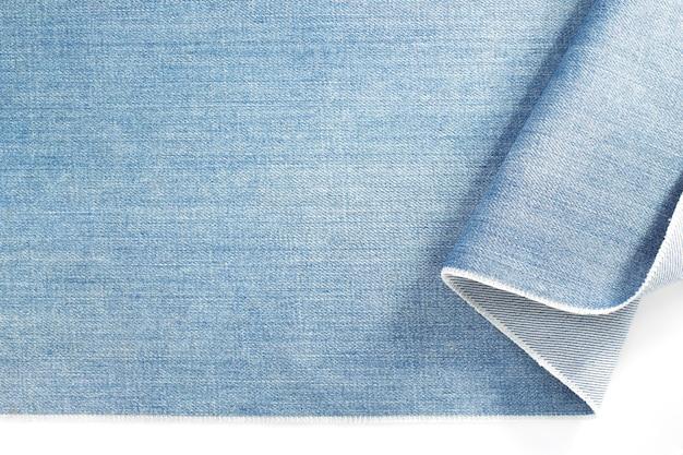 Blue jeans denim aislado sobre fondo blanco.