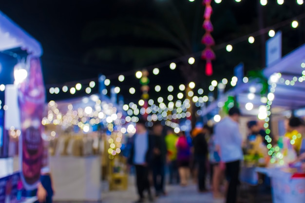 Blur calle peatonal en la feria de la noche