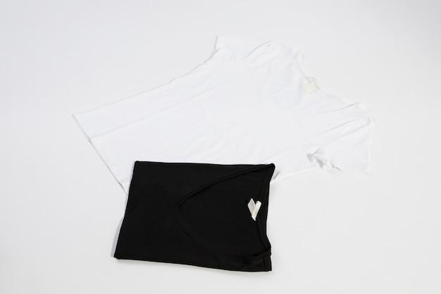 Blusas negras y blancas