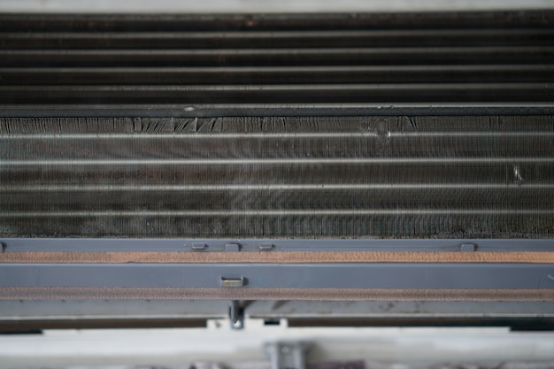 Bobina de aire acondicionado con polvo para la limpieza.