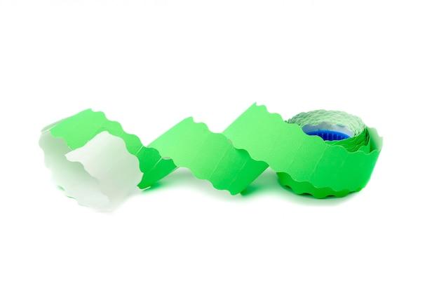 Bobina con etiquetas adhesivas vacías verdes sobre fondo blanco.