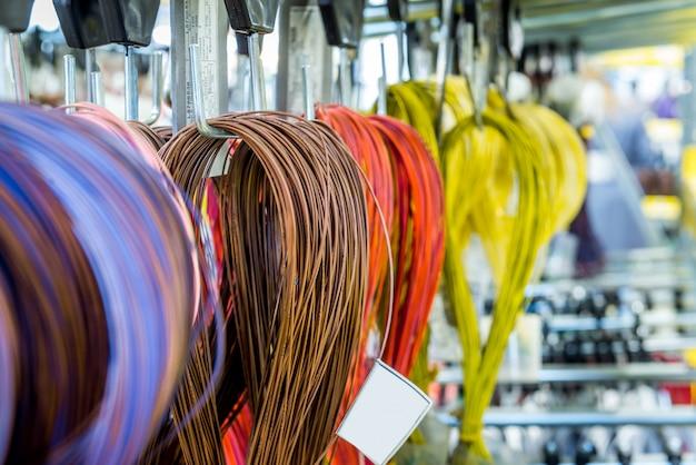 Bobinas de cables eléctricos para instalación en automóviles.