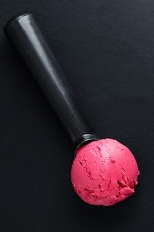 Boca de helado de fresa con sabor a fruta en cuchara de helado. vista superior.