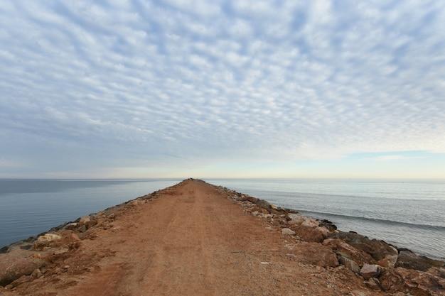 Boca del río guadiana (foz de guadiana) playa de santo antonio, algarve, portugal. (en el lado izquierdo está el río, a la derecha la playa)