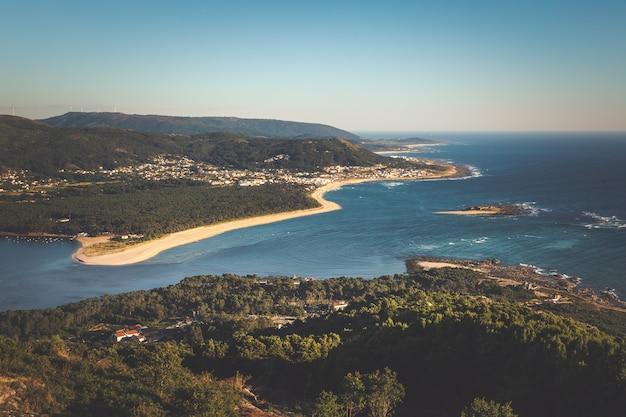 Boca del río miño, frontera entre españa y portugal.